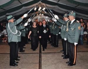 2007-kaiser-neu-ehrentanz-spalier