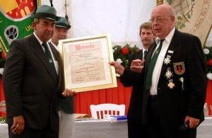 Schuetzenfest-2004-ehrung-hintemann-1[1]