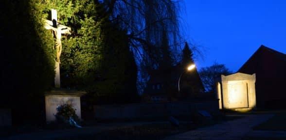 Symbole für den Frieden: Beide Kriegerehrenmale auf dem Alten Friedhof werden angestrahlt